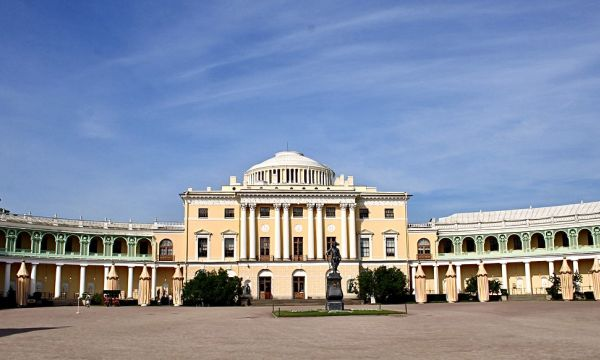Pavlovsk palace with the statue to Paul I